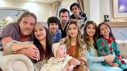 Keluarga Azhari Rayakan Lebaran di Amerika dengan Gaya Bohemian
