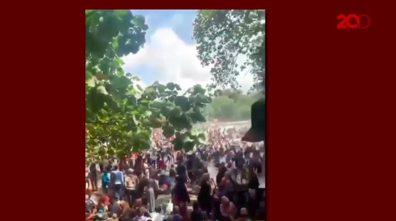 Kerumunan di Batukaras Pangandaran