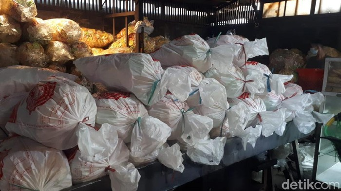 Salah satu oleh-oleh khas Bojonegoro yakni kerupuk Bangjo. Selama pandemi COVID-19, makanan ringan ini tetap diburu konsumen meski ada penurunan omzet.