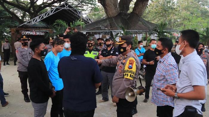 Kopdar komunitas di Tuban dibubarkan polisi. Selain karena tak mengantongi izin, saat ini juga masih pandemi COVID-19.