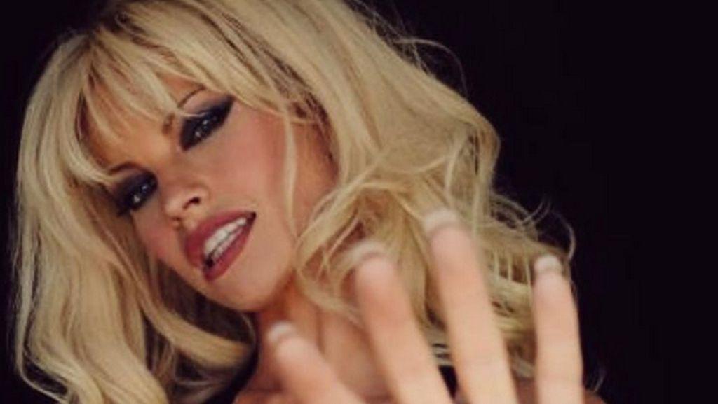 Lily James Makeup 5 Jam Bertransformasi Jadi Pamela Anderson, Mirip Banget