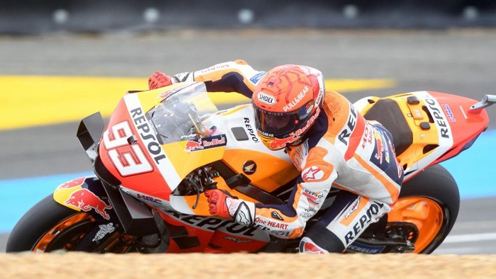 Repsol Honda Teams Spanish rider Marc Marquez steers his motorbike, during the Q2 qualifying session of the MotoGP, ahead of the French Moto GP Grand Prix in Le Mans, northwestern France, on May 15, 2021. (Photo by Jean-Francois MONIER / AFP)