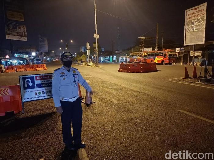 Mendengar cerita petugas penyekatan di Karawang yang rela tak mudik demi tugas