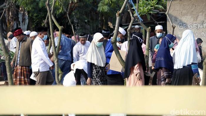 Untuk menghindari kerumunan, Warga Kota Bekasi dilarang melakukan kegiatan ziarah kubur di TPU se-Kota Bekasi. Namun masih banyak warga tetap berziarah.