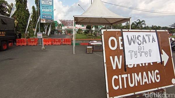 Petugas menghalau semua kendaraan agar tidak masuk ke kawasan objek wisata Pangandaran. Penjagaan ketat juga dilakukan di gerbang masuk Parapat.