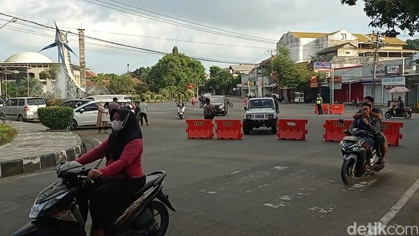 Bahkan warga Pangandaran yang hendak pulang ke wilayah lain di dalam kabupaten pun harus menjalani pemeriksaan yang ketat. Selain itu penjagaan ketat juga dilakukan di gerbang utama menuju Pantai Pangandaran.