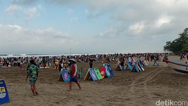 Pemerintah Kabupaten Pangandaran akhirnya menutup akses menuju wilayahnya dan menutup semua objek wisata pantai yang ada di sana. Penutupan akses jalan dan objek wisata dilakukan petugas mulai Minggu (16/5/2021) pukul 00.00 WIB.