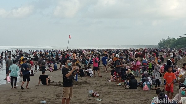 Pantauan di kawasan wisata pantai, suasana masih cukup ramai. Ribuan wisatawan terlihat menikmati suasana pagi di Pantai Barat Pangandaran. Sebagian asyik berenang dan sebagian lainnya bercengkerama di pinggir pantai.