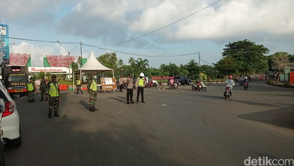 Penutupan jalan akses menuju Pangandaran dilakukan di Bundaran Emplak, Kecamatan Kalipucang, Pangandaran. Semua kendaraan wisatawan yang hendak ke Pangandaran diputar balik.