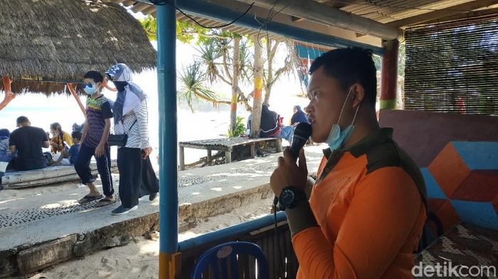 Ratusan wisatawan memadati Pantai Watukarung, Pacitan. Maklum, ini adalah hari terakhir libur Lebaran 2021.