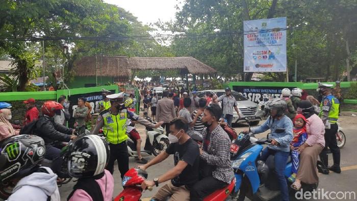 Pedagang blokir akses jalan sebagai bentuk protes penutupan objek wisata di Pandeglang