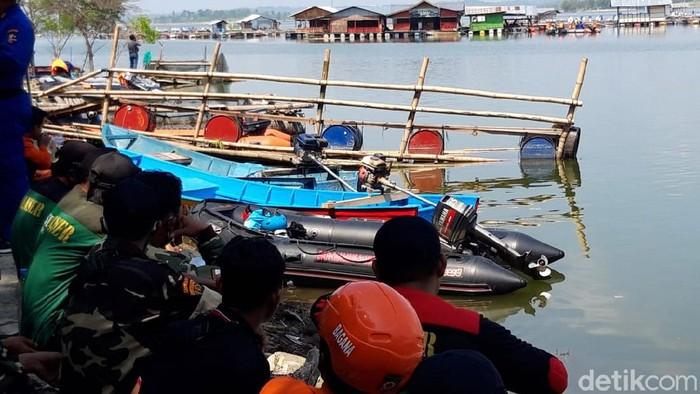 Pencarian korban perahu wisata yang terbalik di Waduk Kedungombo (WKO) Boyolali terus dilakukan. Sampai saat ini 7 korban tewas telah ditemukan.