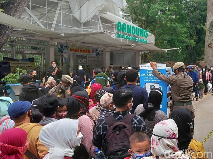 Pengunjung memadati Kebun Binatang Bandung