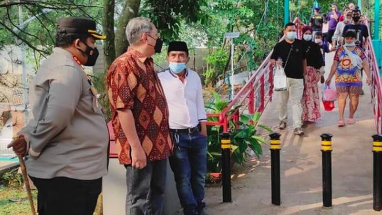 Akibat menimbulkan kerumunan, pengunjung di Taman Kota 2 Tangerang Selatan sore tadi dibubarkan aparat kepolisian.