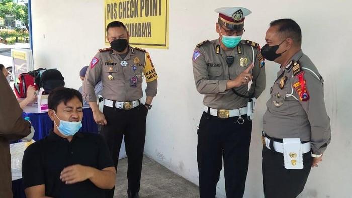 Polisi Surabaya melakukan penyekatan pemudik di 13 perbatasan Kota Pahlawan. Masyarakat yang terindikasi pemudik harus menjalani rapid antigen.