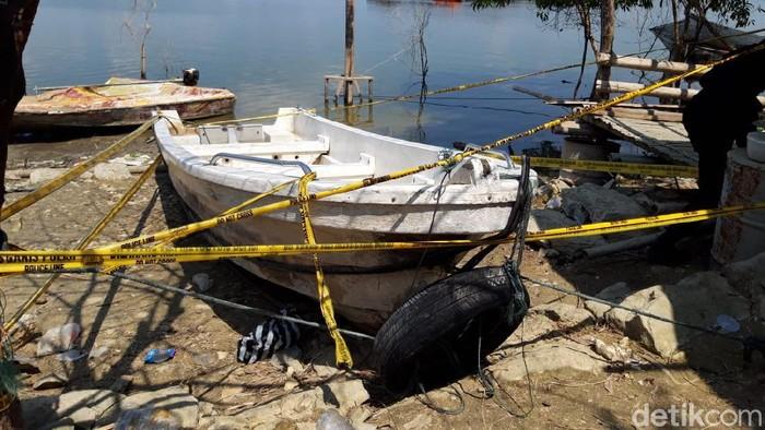 Perahu pengangkut 20 orang yang terbalik di Waduk Kedungombo, Boyolali, diberi garis polisi, Minggu (16/5/2021).