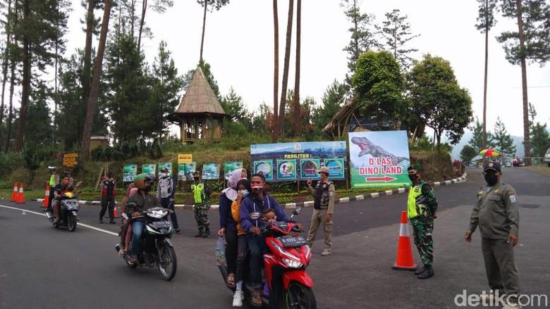Petugas gabungan memutar balik ratusan kendaraan yang akan berwisata ke salah satu lokasi wisata di Purbalingga