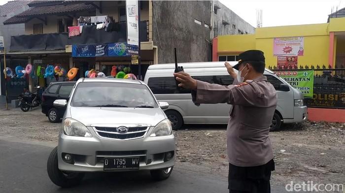 Petugas menutup objek wisata Cipanas Garut