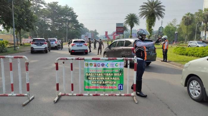 Polisi melakukan penyekatan kendaraan yang ingin menuju kawasan Puncak, Bogor, Sabtu (15/5/2021)