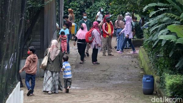 Yana berujar, tidak ada kerumunan di dalam kawasan Kebun Binatang Bandung.