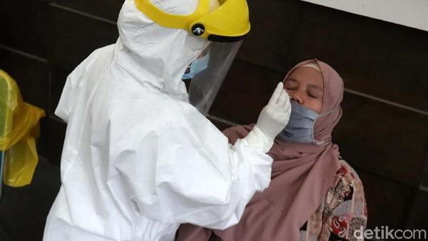 Sebanyak 400 wisatawan di Bandung Zoological Garden atau Kebun Binatang Bandung juga menjalani rapid test antigen.