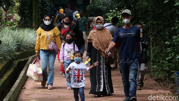 Pengunjung bersama keluarganya menikmati suasana di Kebun Binatang Bandung.