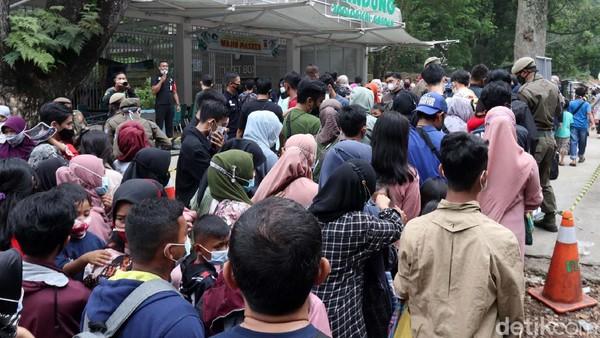 Warga tampak berkerumun di depan pintu masuk Kebun Binatang Bandung, Minggu (16/5).
