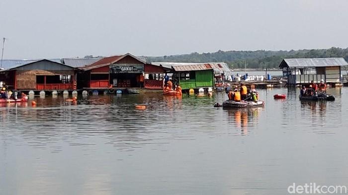 Proses pencarian korban perahu terbalik di Waduk Kedungombo, Boyolali, Minggu (16/5/2021).