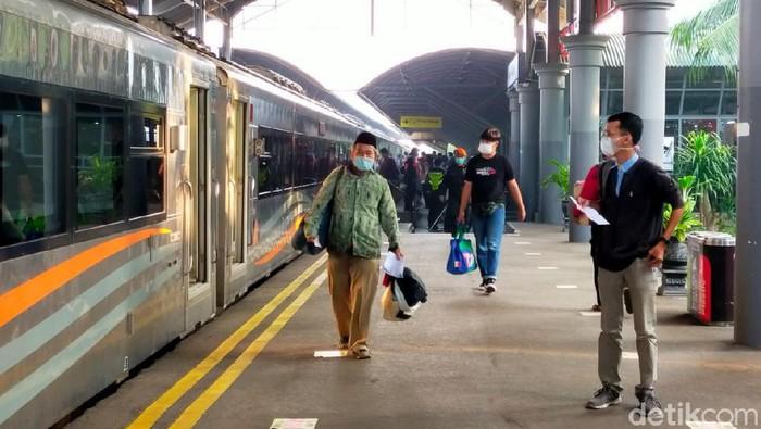 Selama masa larangan mudik 2021, keberangkatan penumpang kereta di Daop 8 Surabaya terpantau lengang. Begitu juga dengan penumpang yang turun di Daop 8.