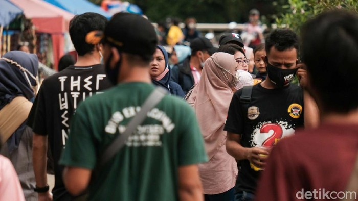 Puncak libur Idul Fitri dimanfaatkan warga berwisata ke Jaletreng Riverside dan Taman Kota 2 BSD, Tangsel. Ruang terbuka publik ini diserbu warga.