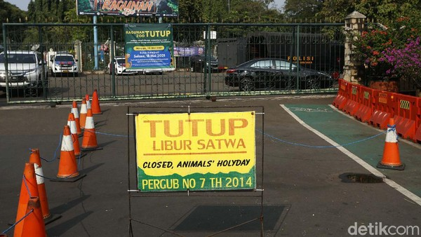 Salah satu tempat wisata yang ditutup adalah Taman Margasatwa Ragunan, Jakarta.
