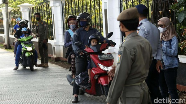 Para pengunjung yang telah datang ke Taman Wisata Ragunan, pun diputar balik oleh petugas, Minggu (16/05/2021).