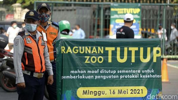 Di Pintu Utama Taman Margasatwa Ragunan banyak petugas dari anggota Dishub, Satpol PP juga pihak kepolisian berjaga.