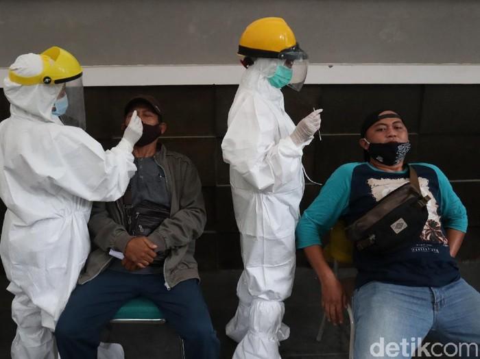 Ratusan wisatawan Kebun Binatang Bandung menjalani rapid test