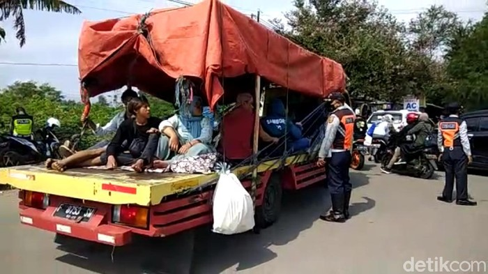 Ribuan kendaraan masih berusaha masuk ke kawasan wisata Sukabumi