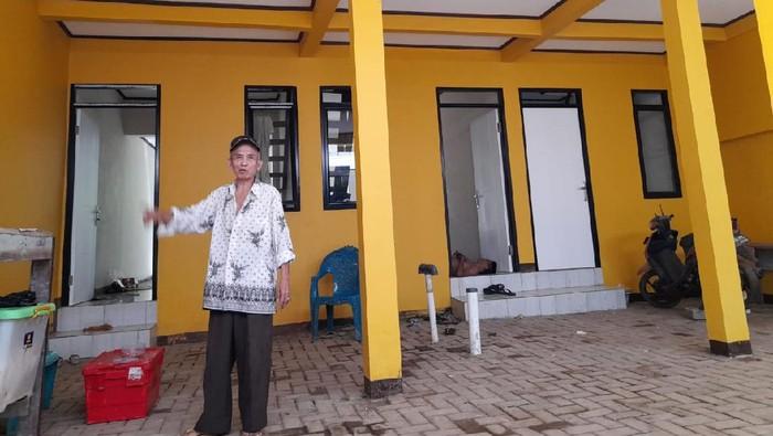 Rumah model panggung di Kampung Melayu sudah sebagian rampung.