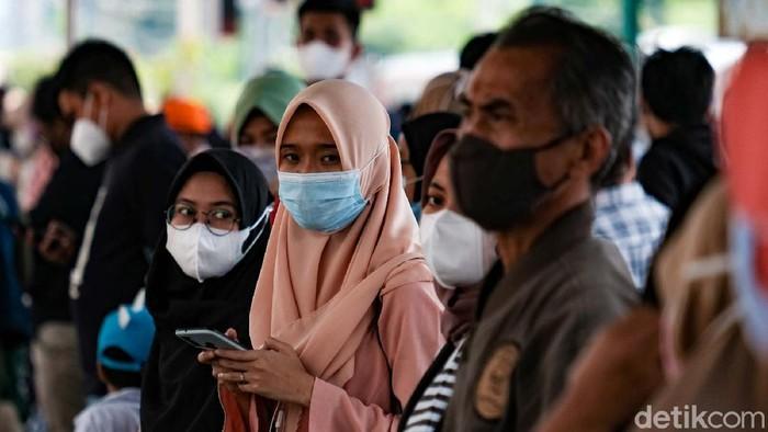Pengguna KRL hilir mudik di Stasiun Manggarai, Jakarta Selatan, saat libur Lebaran. Begini situasi terkini di lokasi.