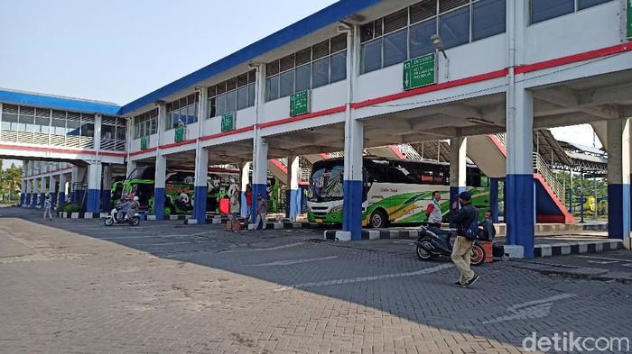 Hari ini sudah memasuki masa arus balik Lebaran. Penumpang bus di Terminal Purabaya Bungurasih masih terpantau sepi.