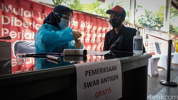 PT Kereta Commuter Indonesia gelar rapid test antigen untuk skrining COVID-19 bagi calon penumpang KRL. Stasiun Manggarai, Jaksel, jadi salah satu lokasi tes antigen.