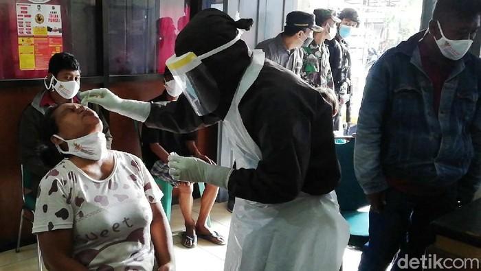 Puluhan pengunjung pasar Klithikan Notoharjo, Semanggi, Solo diswab antigen. Upaya ini sebagai bentuk pencegahan penyebaran virus Corona di wilayah pasar dan Kota Solo.