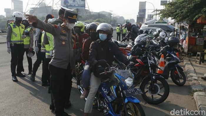 Penyekatan arus balik Lebaran dilakukan di Jalan Kalimalang Raya, Bekasi Timur, Minggu (16/5). Pemudik yang akan memasuki wilayah Jabotabek dites rapid antigen.