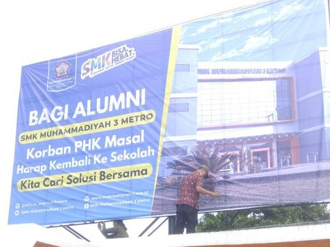 Viral Baliho Ajakan Alumni SMK Korban PHK Balik ke Sekolah