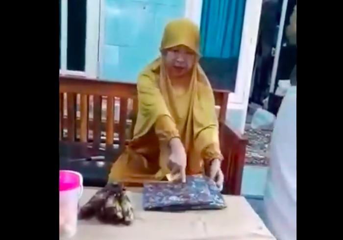 Viral emak-emak marahi kurir (screenshot Twitter)