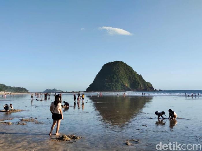 Wisata di Banyuwangi tetap buka selama libur lebaran 2021. Peningkatan kunjungan wisata terjadi di beberapa destinasi unggulan, meski tak seramai sebelum pandemi COVID-19.
