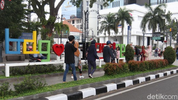 Lokasi ini menjadi spot foto menarik bagi para wisatawan yang datang ke Bandung untuk berswafoto.