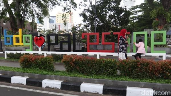 Palestine Walk ini ada didepan Alun-alun Bandung yang letaknya bersebelahan dengan Tugu Asia Afrika.
