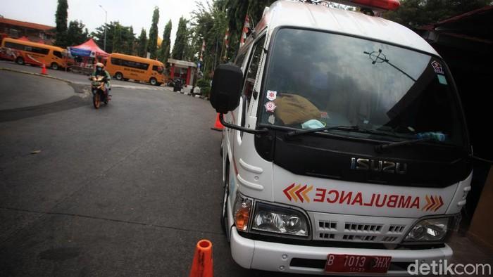 Mobil ambulans dan bus sekolah yang difungsikan untuk membawa pasien COVID-19 disiapkan di Terminal Kalideres, Jakarta Barat, (17/5/2021).