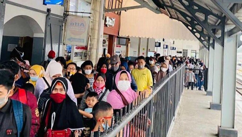 Antrean Panjang-Sempat Terjadi Kerumunan Penumpang KA di Stasiun Bandung