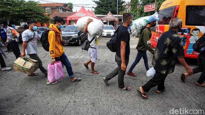 Arus balik pemudik mulai terlihat di sejumlah terminal di Jakarta. Salah satunya adalah di Terminal Kalideres, Jakarta Barat.