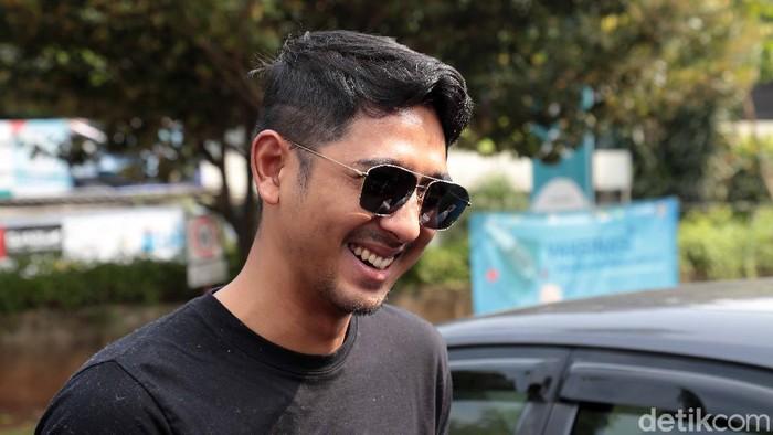 Arya Saloka ditemui saat vaksin kedua di GKI Pondok Indah, Jakarta Selatan, Senin (17/05/2021)